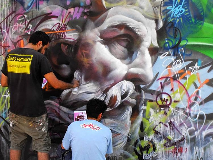 Grafitis callejeros con personajes mitológicos