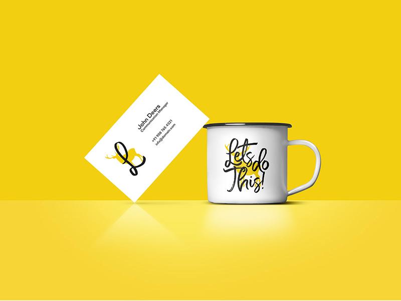 Jarra de café y plantilla de tarjeta personal para cambiar tus datos