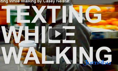 Caminás y escribís mensajes de texto?